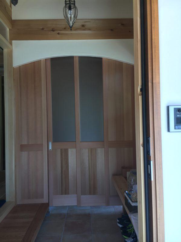 玄関の中に入って正面の杉2本引き込み杉吊り建具、建具の向こうはシュースクロゼット